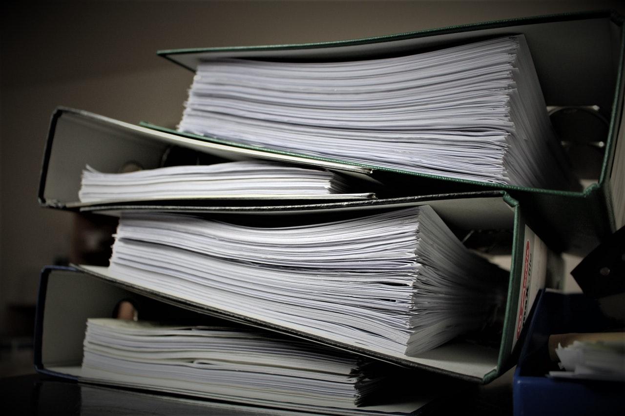 Gros dossiers de papiers et factures à archiver