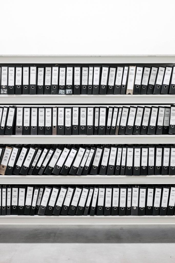 Salle archive avec des étagères remplies de dossiers