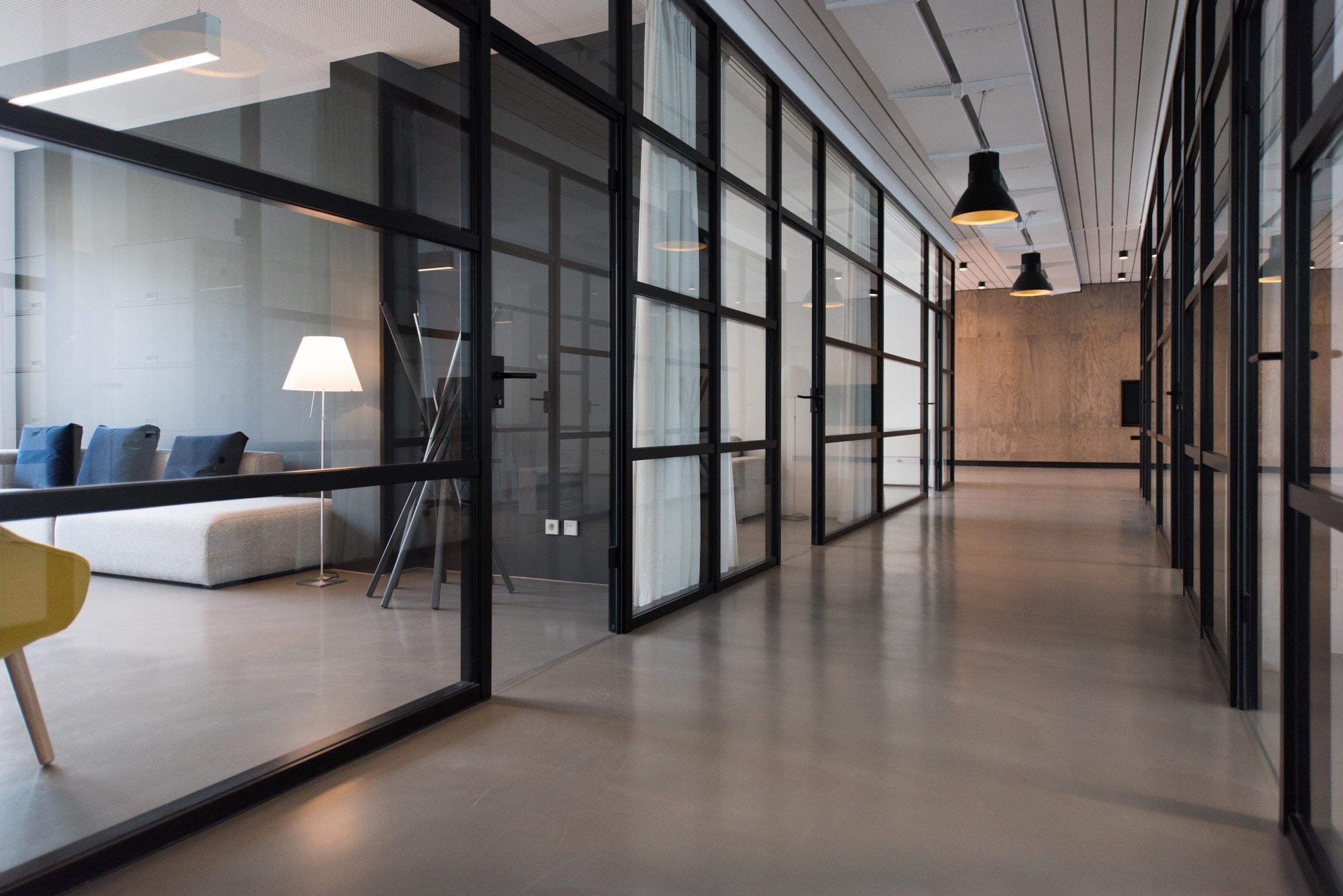 Bureaux d'entreprise bien éclairée avec grandes baies vitrées