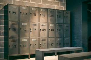 Vestiaires salle de sport avec casiers
