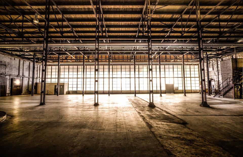 Locaux d'un atelier industriel désaffecté à réaménager