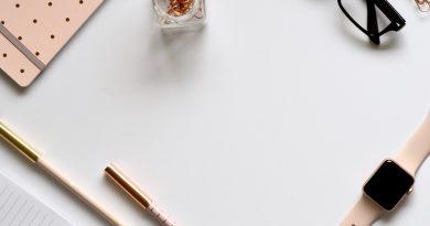 Plusieurs objets de papeterie sur un bureau blanc