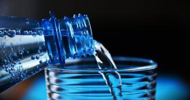 Gobelet et bouteille d'eau