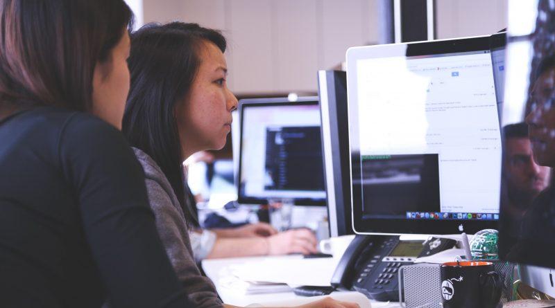 Deux femmes travaillant sur un ordinateur