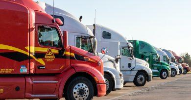 camions alignés sur un parking